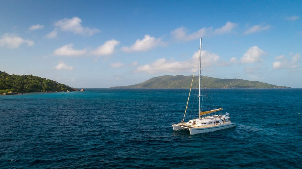 With the catamaran Le Gauguin by VPM Sailing I explored the island paradise